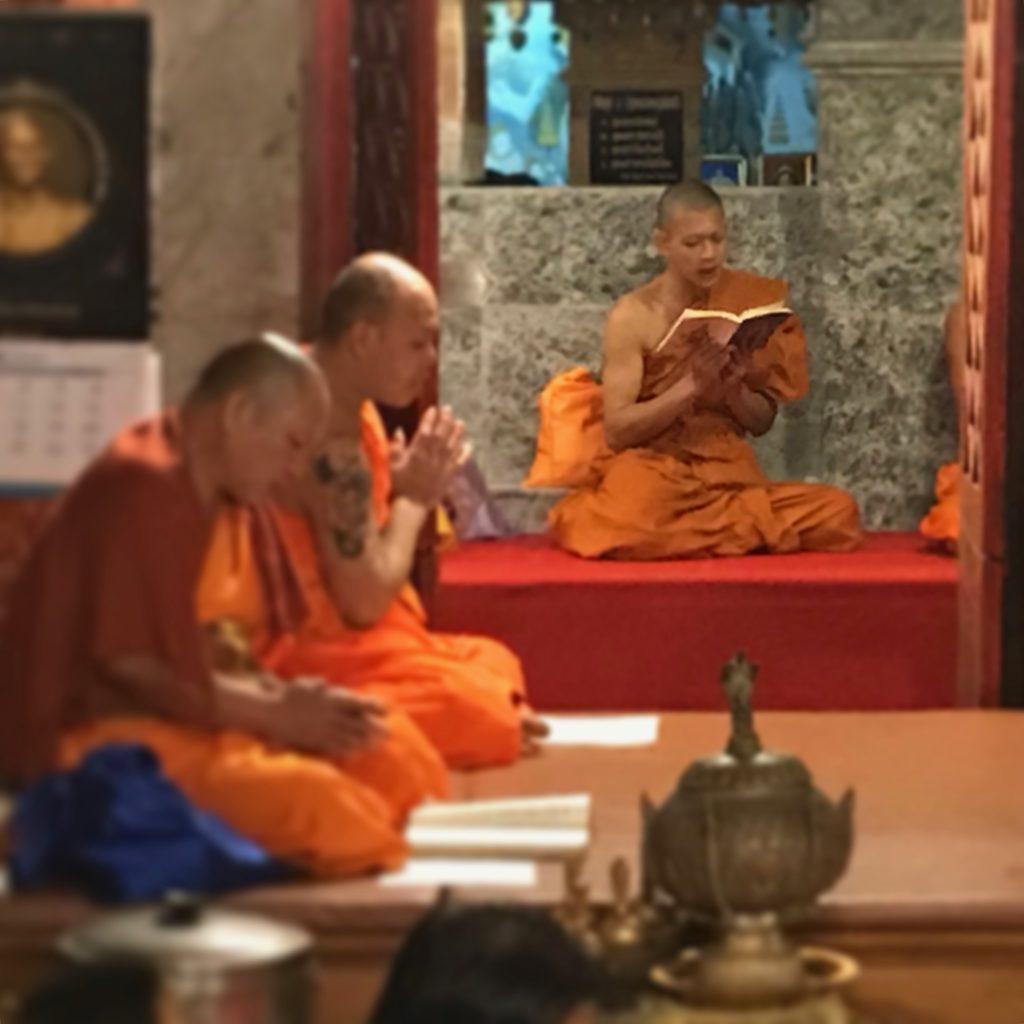 Monaci buddhisti recitano le preghiere serali al Doi Suthep.